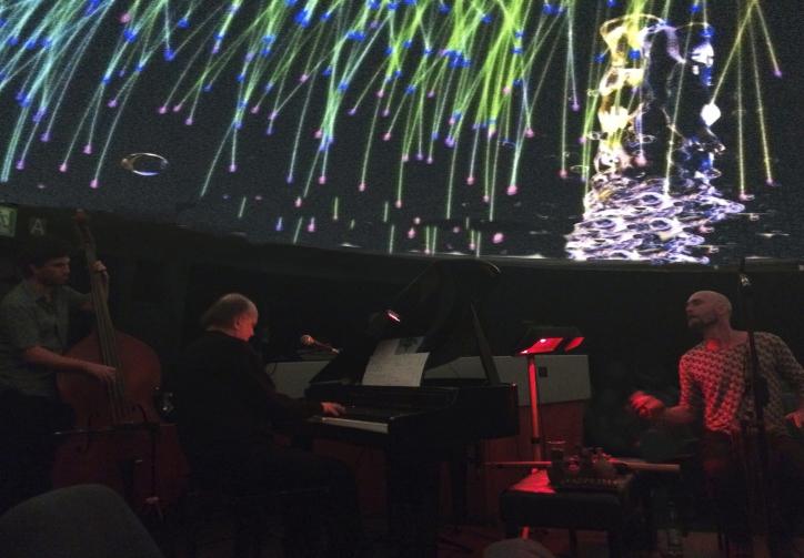 piano bajo estrellas trio recortado